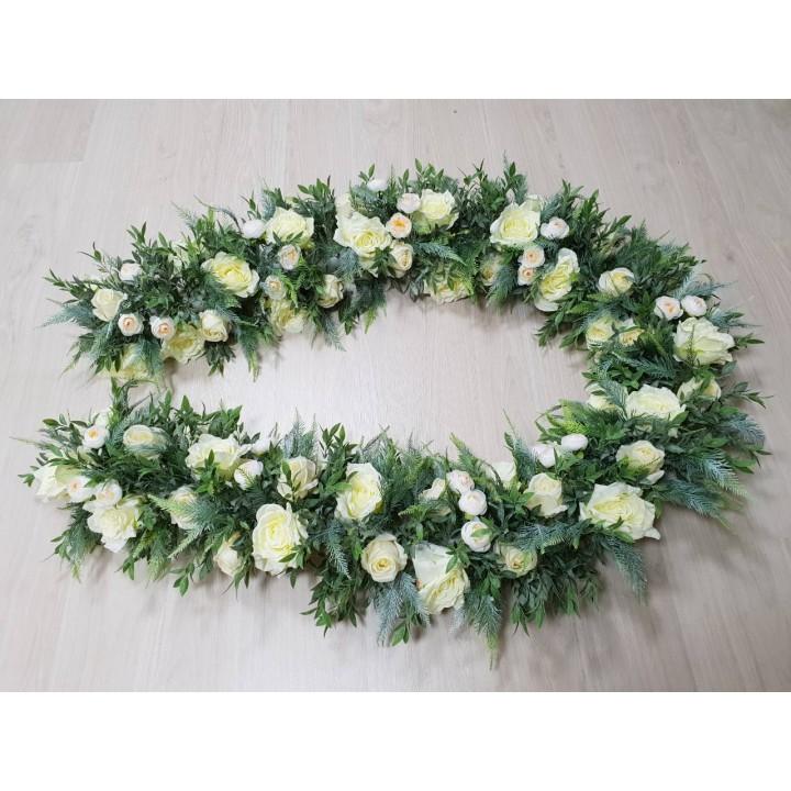 Гирлянда из декоративной зелени и светлых цветов