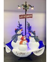 Новогодняя фигура снеговики с падающим снегом